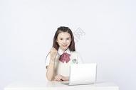 用笔记本电脑学习的女学生500908152图片