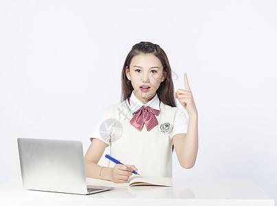 用笔记本电脑学习的女学生图片
