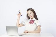 用笔记本电脑学习的女学生500908170图片
