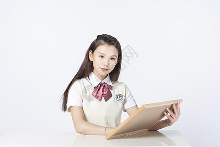 拿着黑板的女学生图片