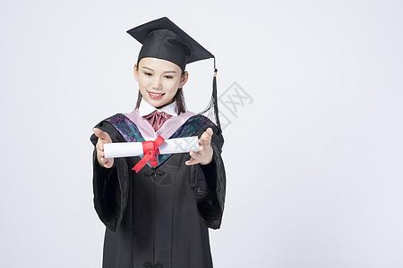 拿着毕业证书的毕业女学生图片