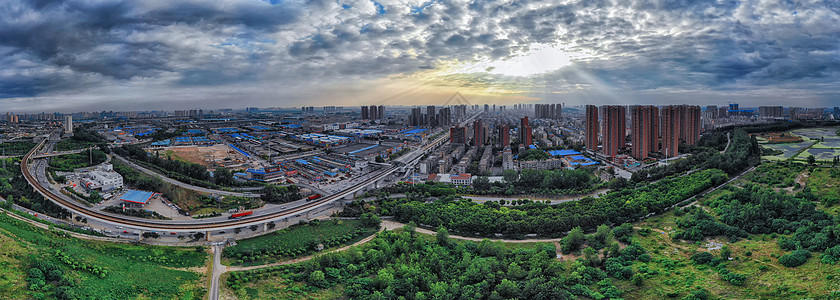 蓝天白云下的城市建筑全景图片