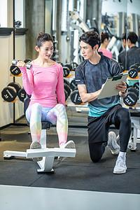 健身房女性健身指导图片