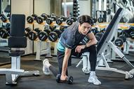 健身房男性哑铃锻炼图片