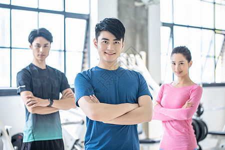 在健身房健身的男女图片