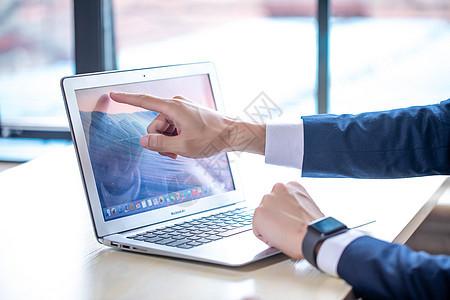 正在使用电脑的商务人士图片