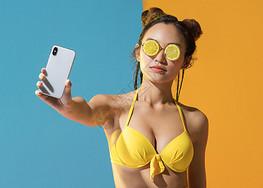 泳装性感美女展示手机图片
