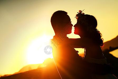 夕阳下浪漫的婚礼图片
