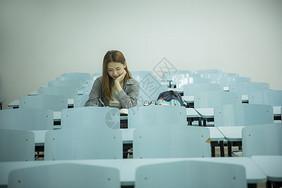女学生在大学教室里学习图片