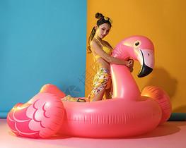 夏威夷风格性感美女与火烈鸟游泳圈图片