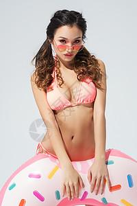性感泳装美女海边度假图片