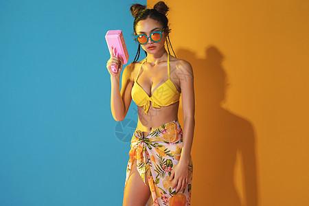 夏威夷风格美女玩喷钱枪图片
