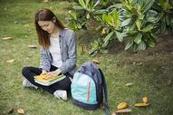 女学生在大学学习图片
