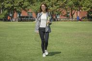 女学生在操场上走动图片
