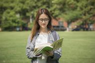 女学生在操场上看书图片