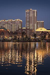 城市建筑夜景倒影图片