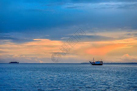 夕阳大海与渔船图片