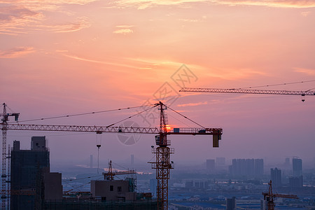 夕阳里建设中的城市图片