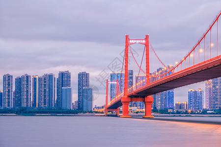 华灯初上的武汉鹦鹉洲长江大桥图片