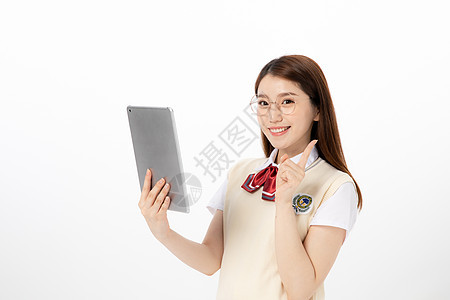拿着平板的女高中生形象图片