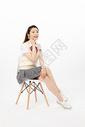 坐着使用手机的女高中生图片