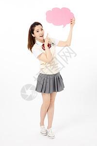 拿着粉色气泡框的女高中生图片