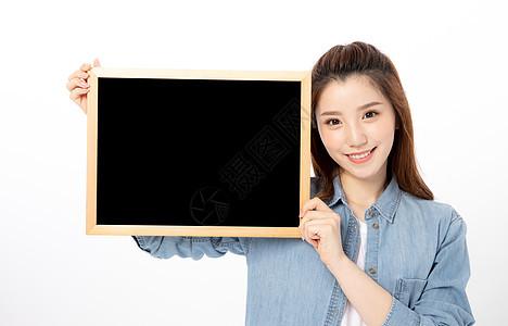 手持黑板的女大学生图片
