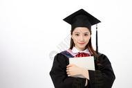 拿着书本的毕业生图片