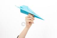 手拿纸飞机的人图片