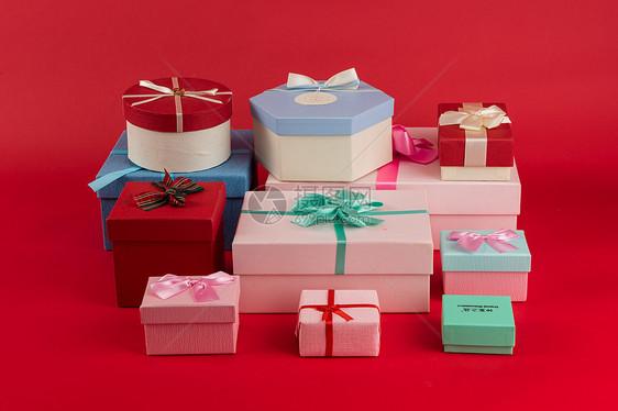 红色背景上的各色礼品盒图片
