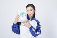 拿着礼物盒的女学生图片