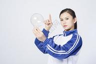 拿着灯泡的女学生图片