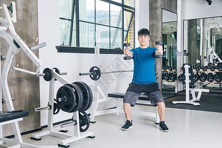 健身房运动男性哑铃健身图片