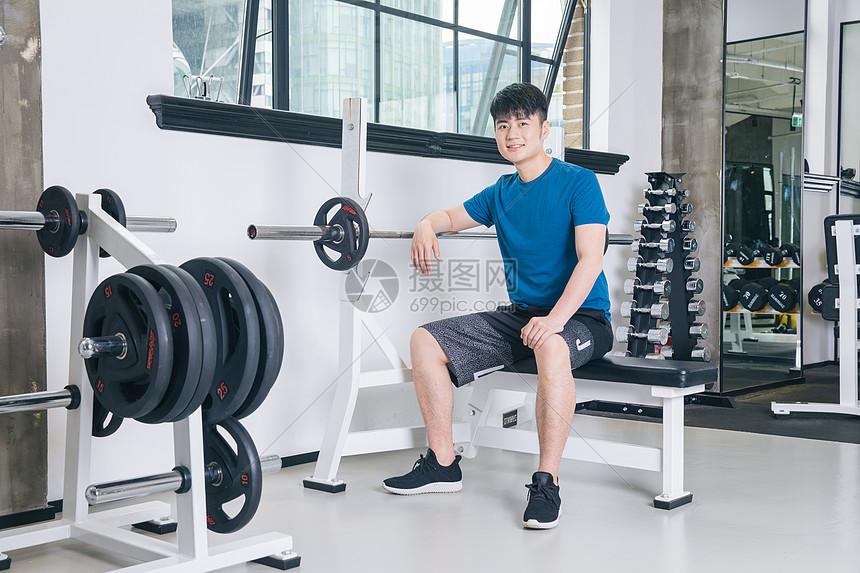 健身房运动男性热身拉伸图片