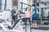 健身房人像运动健身战绳力量绳训练图片