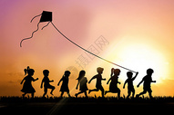 一群孩子放风筝图片