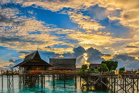 清晨的海上度假屋图片