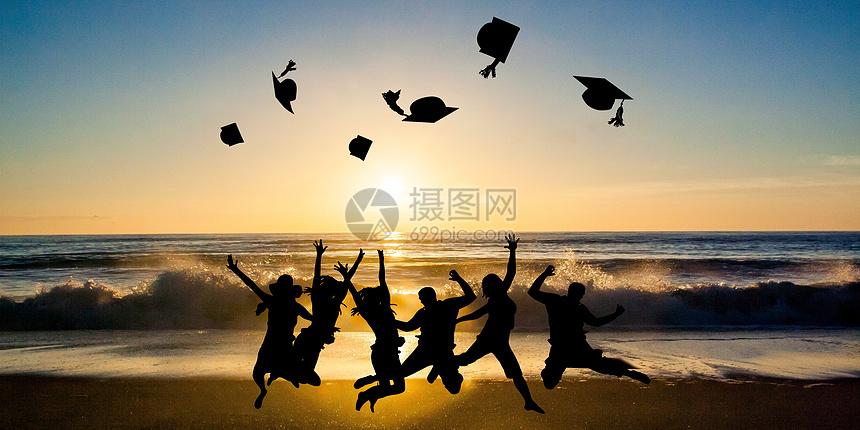毕业季海边欢呼图片