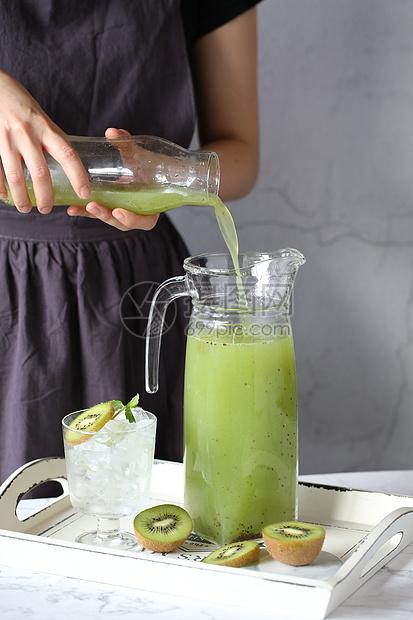 夏季养生健康鲜榨猕猴桃汁图片