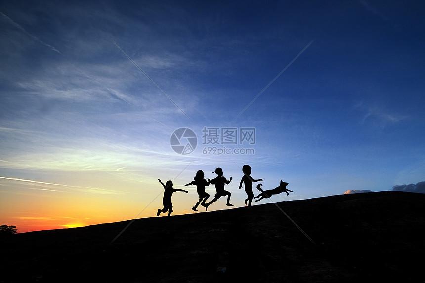 夕阳下小孩剪影图片