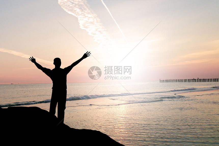 迎接太阳的人图片