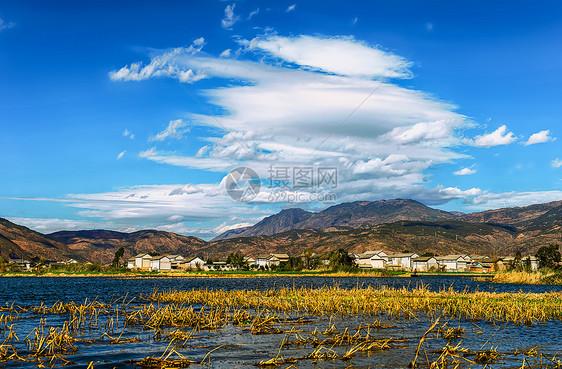 蓝天白云下的洱海洱源村风光图片