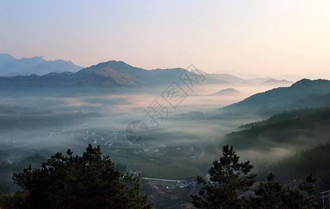 雾锁山乡图片