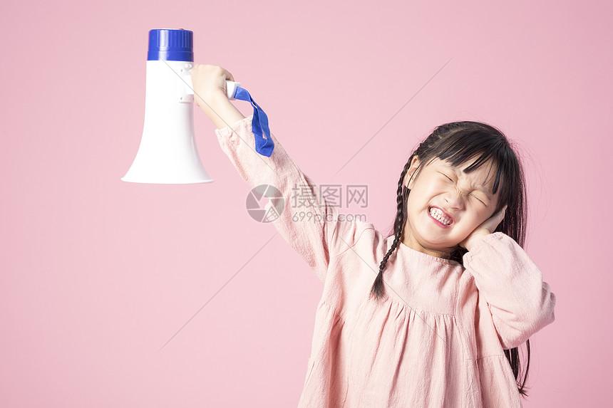 拿着喇叭的小女孩图片