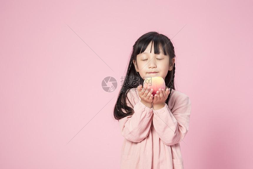 拿着桃子的小女孩图片