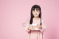 拿着礼物的小女孩500912635图片