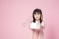 拿着礼物的小女孩500912636图片
