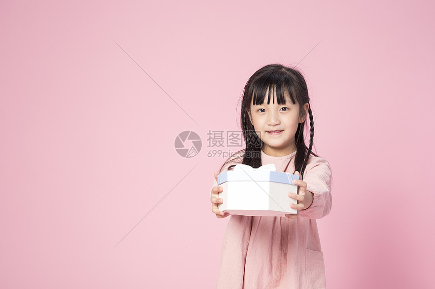拿着礼物的小女孩图片