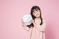 拿着礼物的小女孩500912641图片