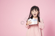 拿着礼物的小女孩500912642图片